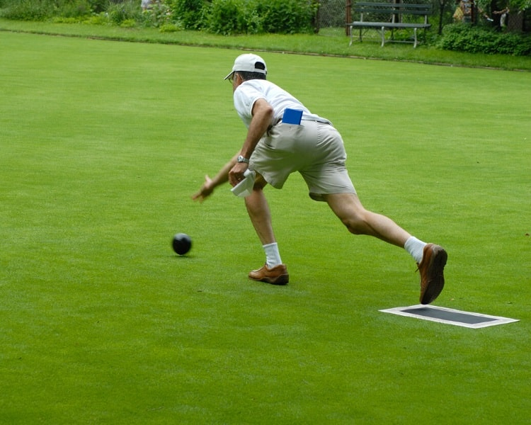 Lawn bowling throwing technique